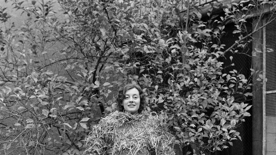 Fina Miralles Relacions. Relació del cos amb elements naturals. El cos cobert de palla, Sabadell, enero de 1975 Museu d'Art de Sabadell