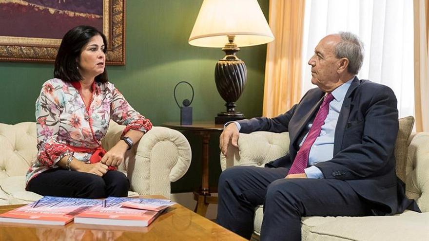 El fiscal general de Canarias, Vicente Garrido (d), junto a Carolina Darias, al entregarle la memoria 2018 de la Fiscalía General de la Comunidad Autónoma