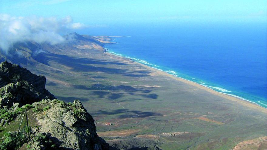 Playa de Cofete desde el Pico de la Zarza, en el Parque Natural de Jandía (Fuerteventura).