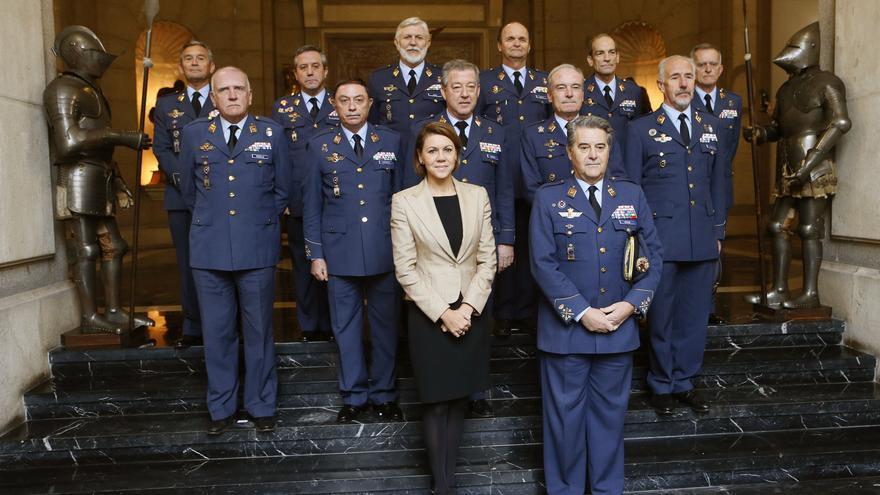 En la foto, la ministra María Dolores de Cospedal (centro), Javier García Arnaiz (delante, a la derecha), Eduardo Gil Rosella (primera fila, primero por la izquierda) y Eugenio Ferre (primera fila, tercero por la izquierda). Foto: Ministerio de Defensa