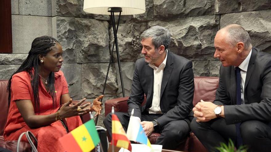 El presidente de Canarias, Fernando Clavijo (c), acompañado del viceconsejero de Acción Exterior, Luis Padilla, recibió este martes a la embajadora de Senegal en España, Mariame Sy.