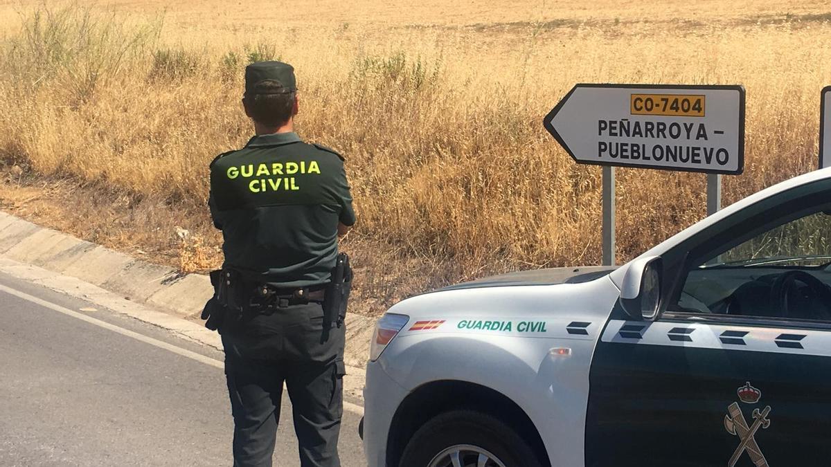 Un agente de la Guardia Civil en Peñarroya-Pueblonuevo