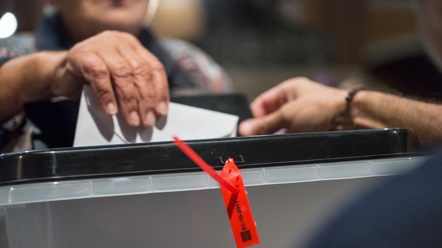 Una señora vota durante el referéndum del 1-O / SANDRA LÁZARO