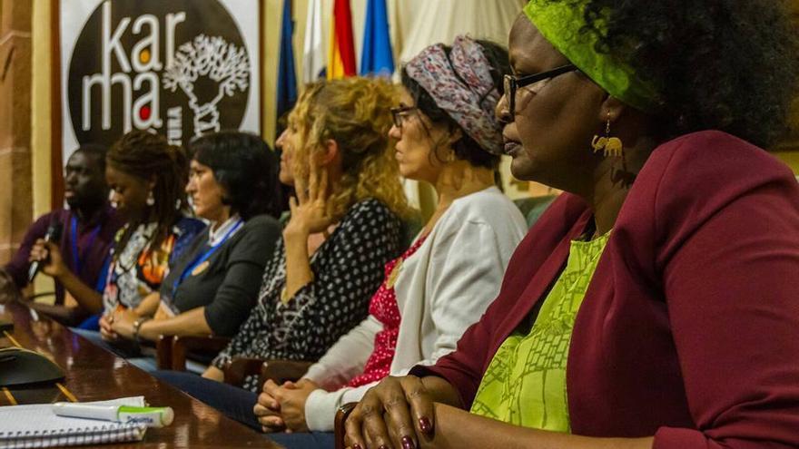 Debate en la Casa Salazar con varias mujeres.