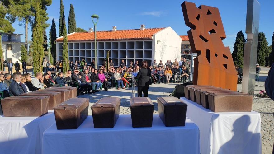 Los restos de los fusilados han sido depositados en el nuevo memorial