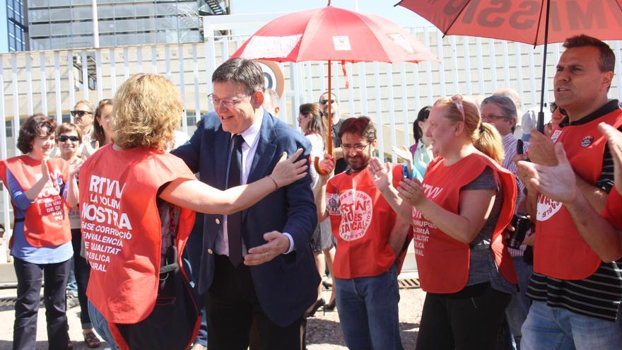 El candidato socialista a la presidencia de la Generalitat, Ximo Puig, con los extrabajadores de RTVV.