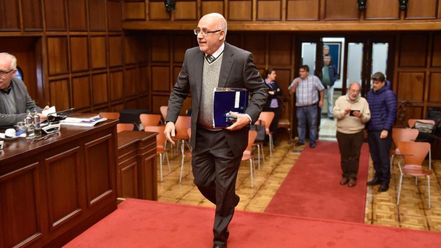 Antonio Morales accede al salón de plenos del Cabildo de Gran Canaria para presidir la sesión en la que se aprobaron los presupuestos de la institución insular para 2019.