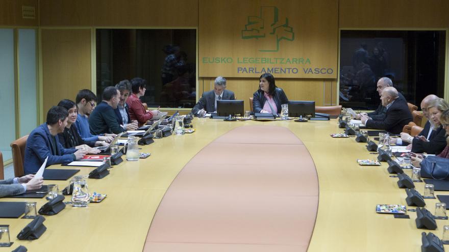 Jone Berriozabal, en el centro, durante la reunión de la ponencia de autogobierno