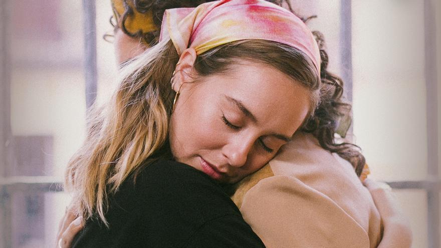Luisita (Paula Usero) abraza a Amelia (Carol Rovira) en la temporada 3 de 'Luimelia'