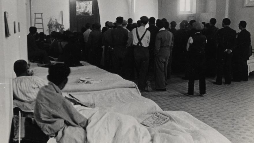 La Tarumba en un hospital improvisado en lo que parece un convento