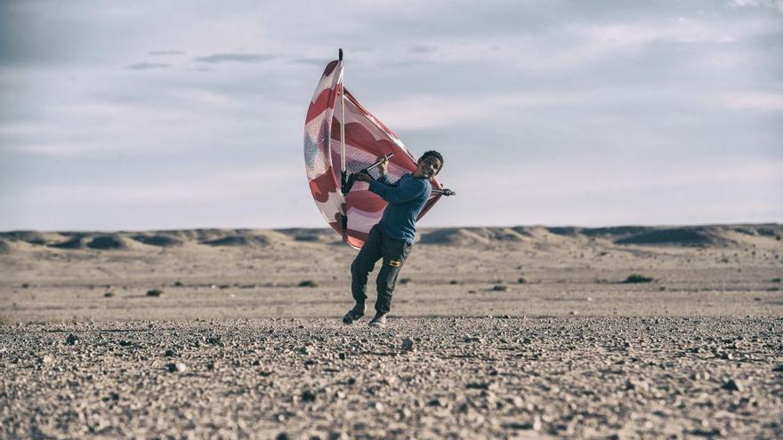 La tan icónica fotografía que refleja a un joven ondeando una melfa como si fuera una vela de windsurf para denunciar la explotación turística que Marruecos hace de las costas del Sáhara occidental