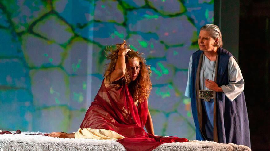 Una escena de 'fedra', con Lolita Flores y Tina Sáinz.