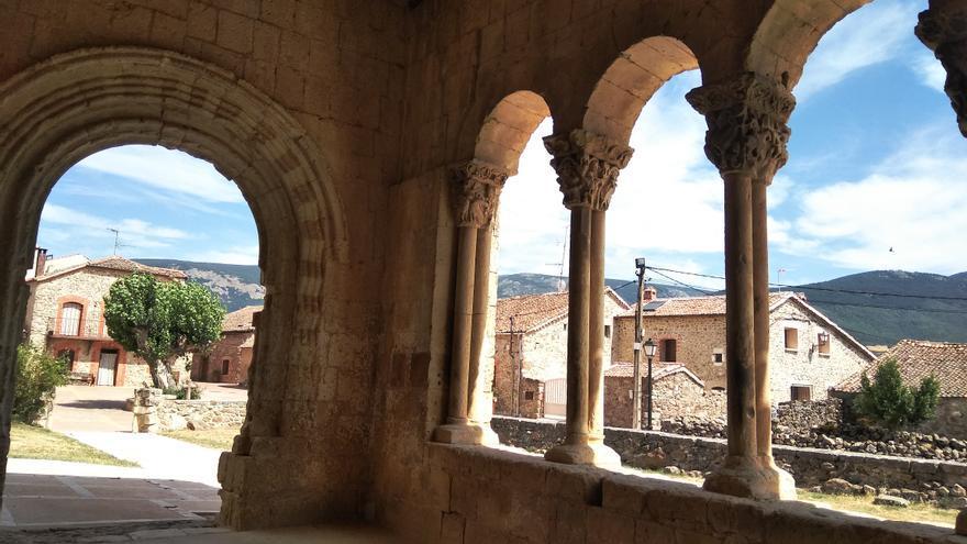Pórtico de la iglesia románica de Sotosalbos.