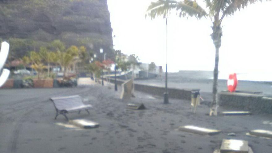 En la imagen, zona afectada por el oleaje en el paseo marítimo de la Avenida del Emigrante del Puerto de Tazacorte.