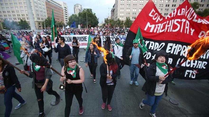 Miles marchan en Chile en contra de la violencia machista