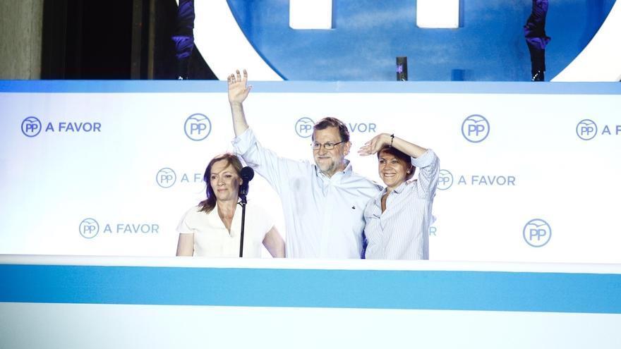 Mariano Rajoy celebra el triunfo desde el balcón de Génova 13.
