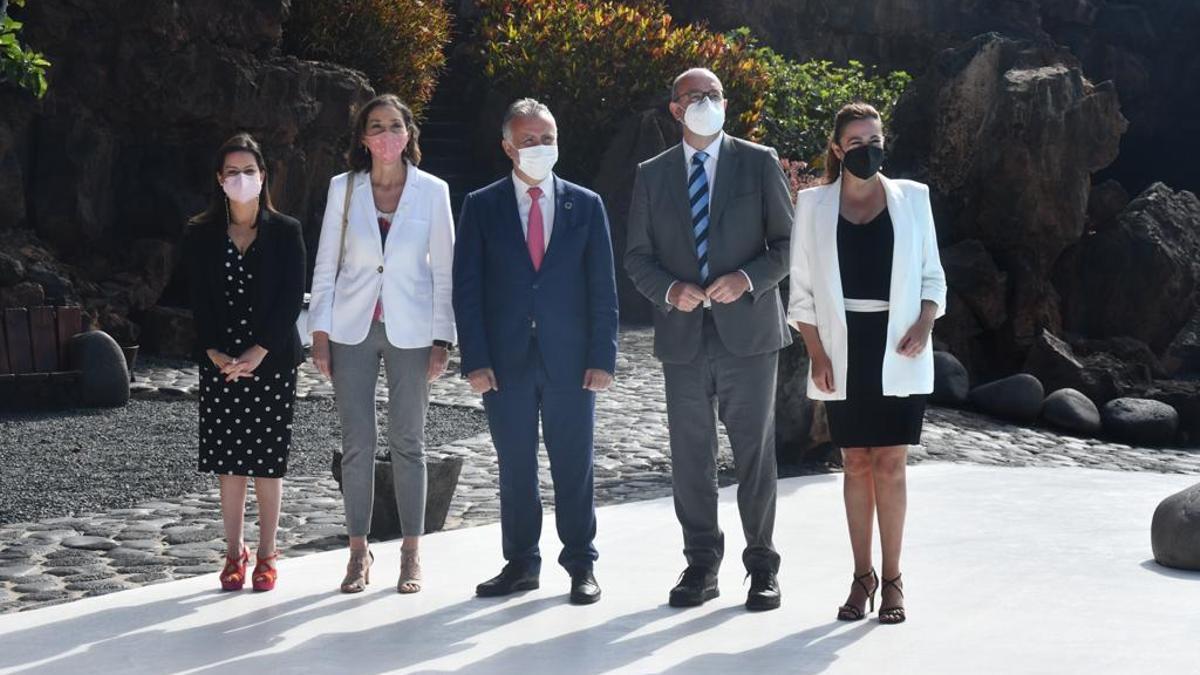 Torres (tercero por la izquierda), junto a Reyes Maroto (segunda por la izquierda) en la presentación en Lanzarote