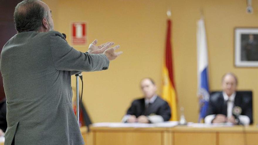 El exalcalde de Santa Cruz de Tenerife Miguel Zerolo (d), durante la vista judicial para examinar las medidas cautelares solicitadas por las acusaciones y la Fiscalía. EFE/Cristóbal García