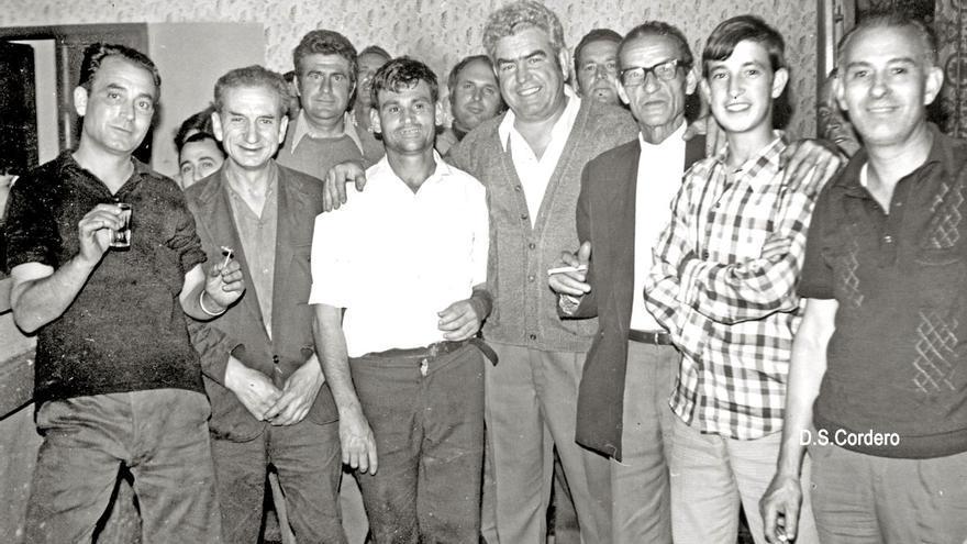 Bar Obrero con un acertante de las quinielas de fútbol en 1973