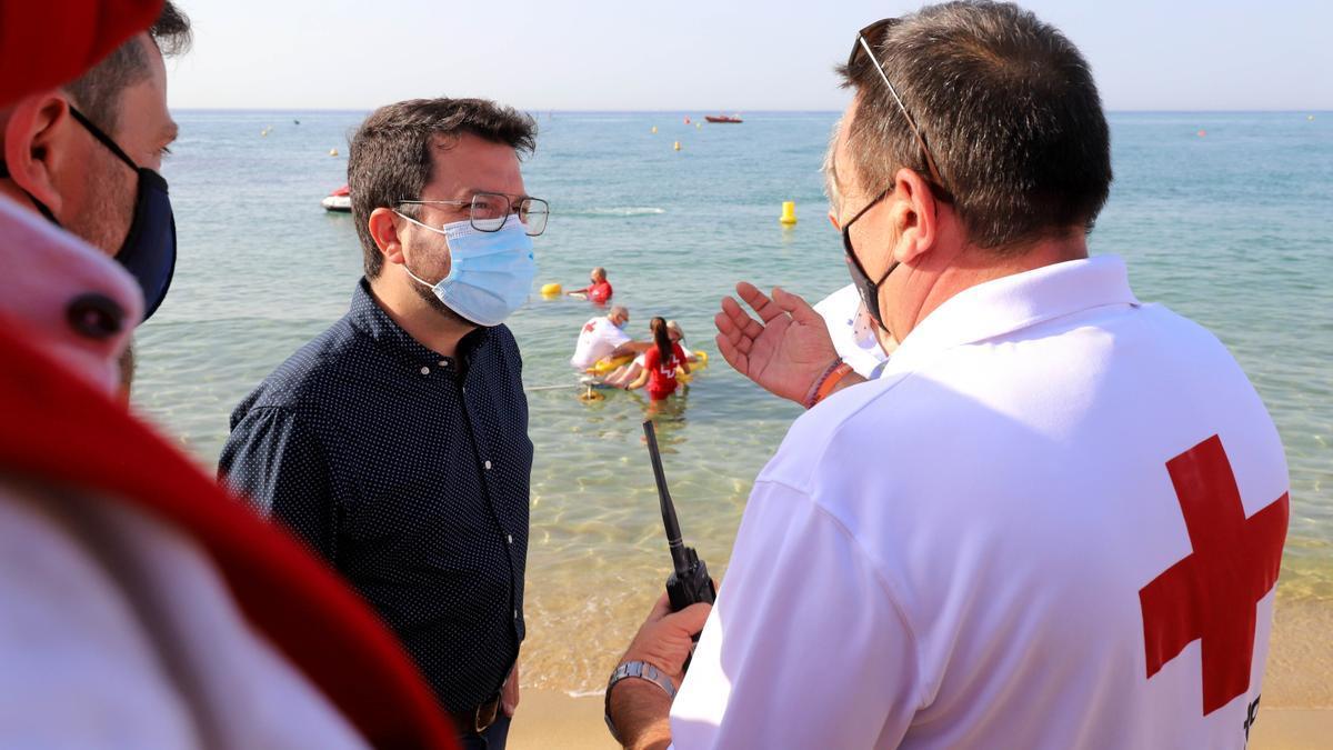 El presidente de la Generalitat, Pere Aragonès, ha visitado la playa de Caldes d'Estrac