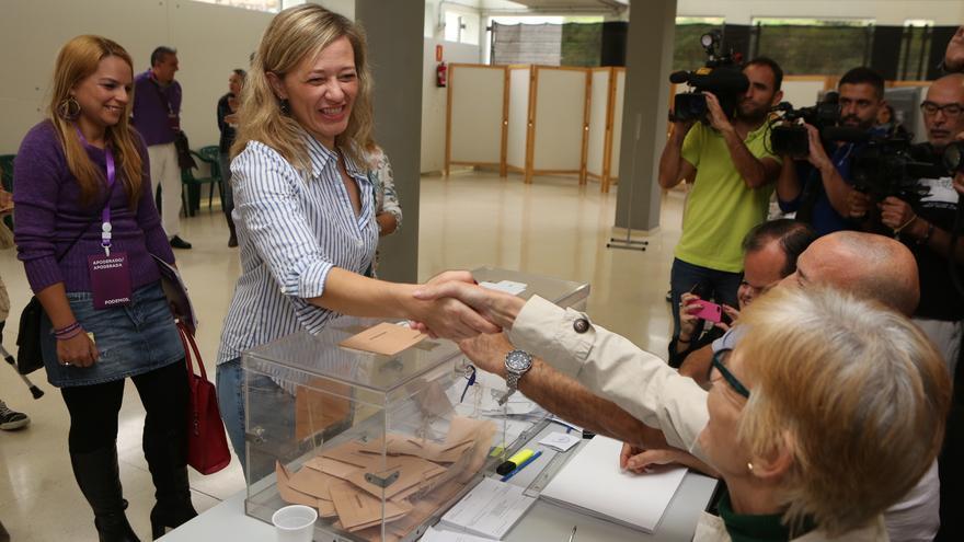 La candidata de Podemos Victoria Rosell acude a las urnas. (Alejandro Ramos)