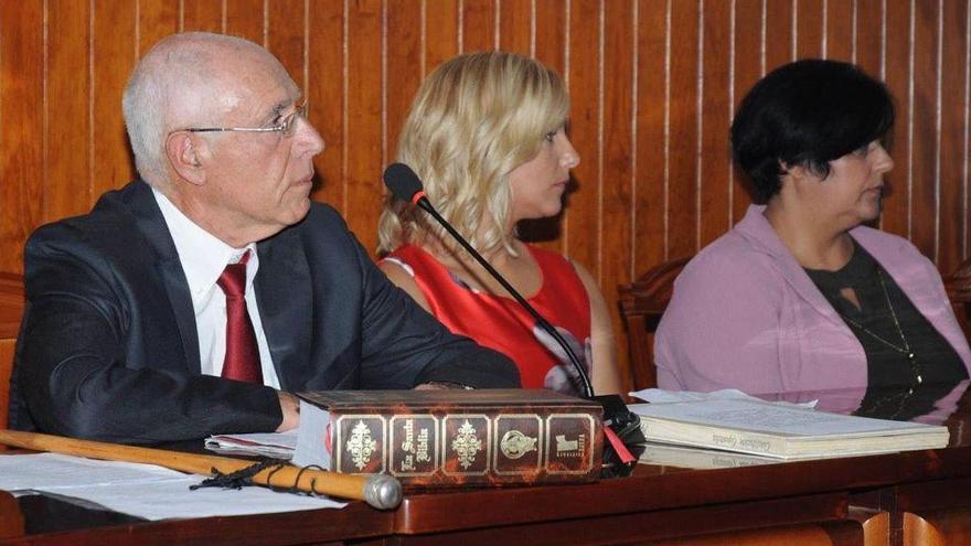 El alcalde de Tazacorte, Ángel Pablo Rodríguez, con dos concejalas del grupo de Gobierno, en una sesión del Pleno del Ayuntamiento.