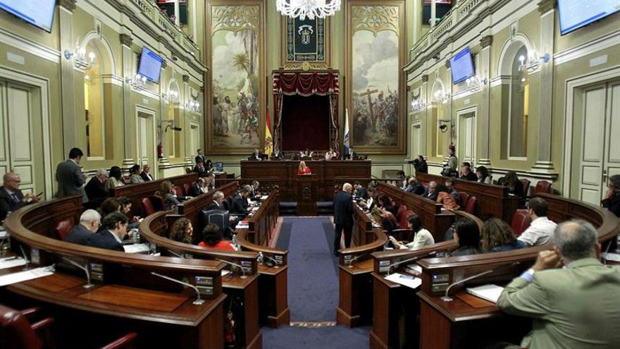 El pleno del Parlamento de Canarias debate  las enmiendas a la totalidad presentadas al proyecto de Ley de Presupuestos de la comunidad para 2017. EFE/Cristóbal García