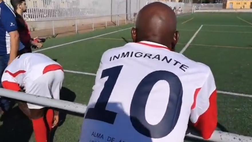 Uno de los jugadores del equipo de fútbol Alma África luce una de las camisetas con las que quieren denunciar el racismo que sufren.