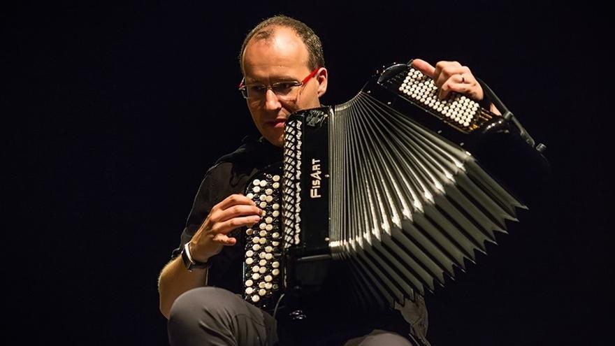 El acordeonista Ludovic Beier.