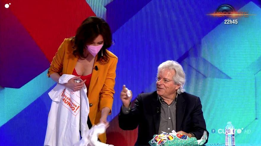 Marta Flich, al ver el regalo de Ciudadanos