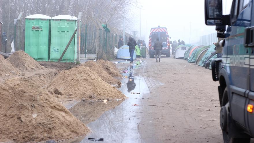 Desalojo diario en la Jungla de Calais, policías franceses cercan la zona y limpian la jungla