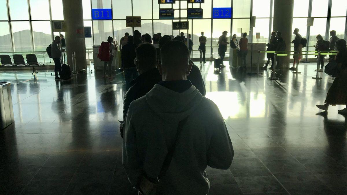 Migrantes en el aeropuerto de Gran Canaria.