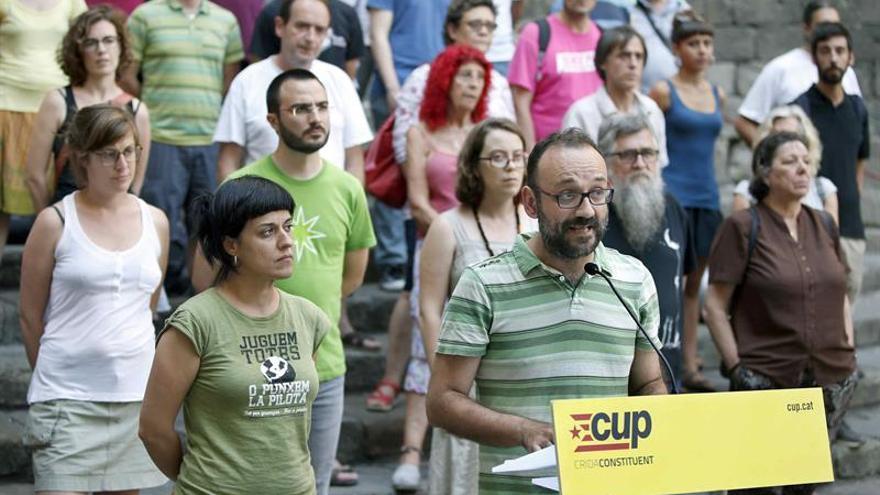 Los diputados Anna Gabriel (i) y Benet Salellas (c) de la CUP