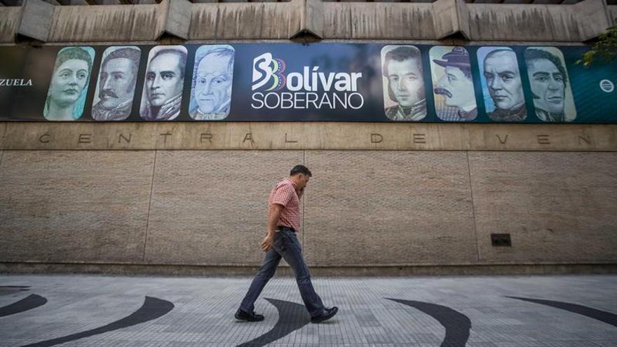 Se retrasa el inicio de la compra y venta de divisas en los bancos venezolanos