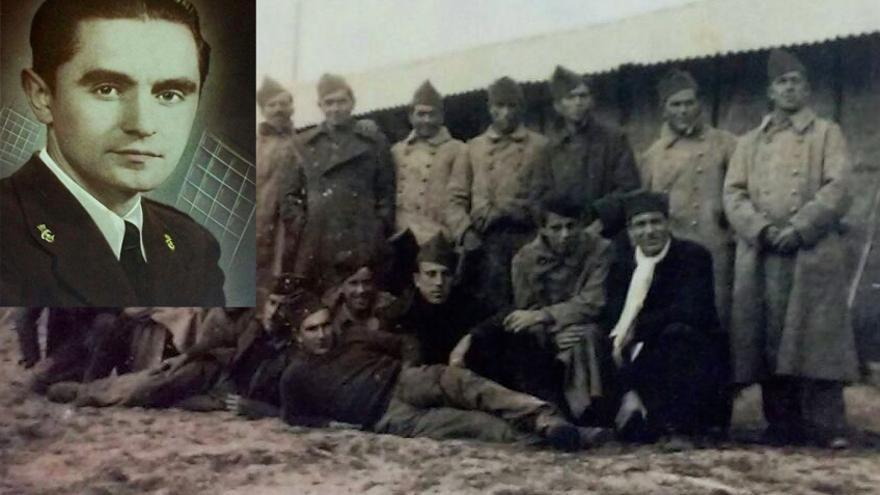 José Seijas Insúa retratado con su uniforme republicano y en la foto de grupo.