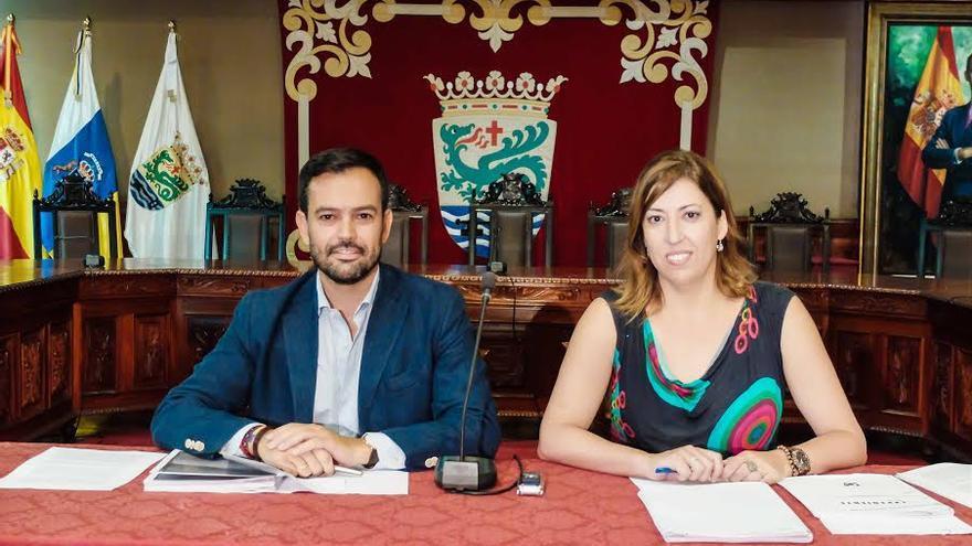 El alcalde del Puerto de la Cruz, Lope Afonso, y la edil de Hacienda, Sandra Rodríguez