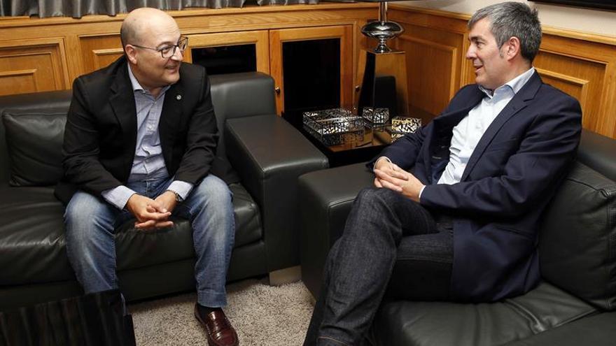 El presidente del Gobierno de Canarias, Fernando Clavijo (d), recibió hoy en Las Palmas de Gran Canaria al Gran Maestre de la Gran Logia de España, Óscar de Alfonso.