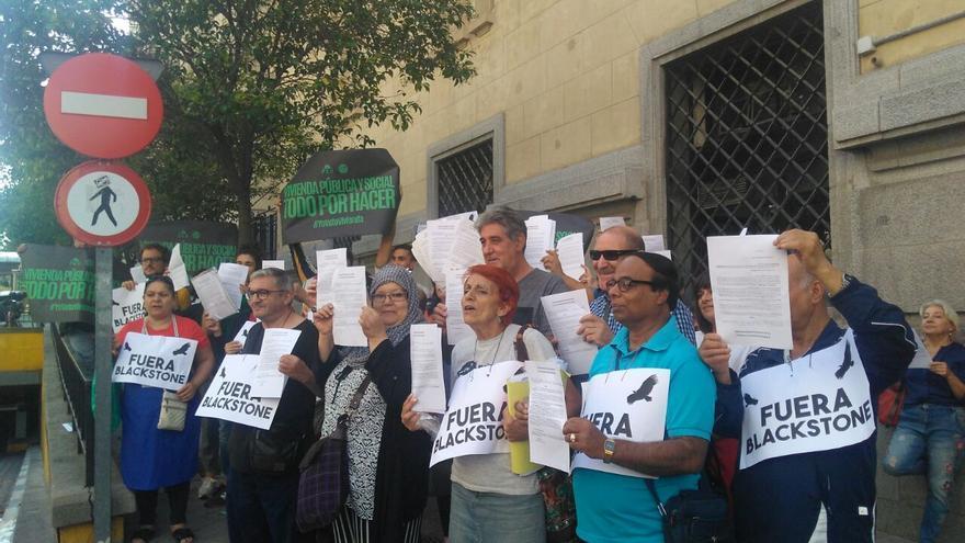 Afectados por el fondo buitre Blackstone registran escritos en el Ayuntamiento de Madrid. / S.P
