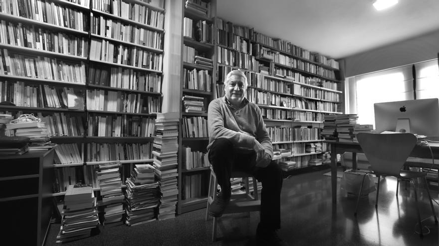 La biblioteca de Gustau Muñoz està ordenada, viscuda, cadascun d'aquells llibres té el seu perquè, la seua història.
