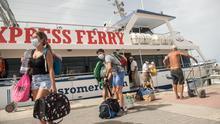 Varias personas a su llegada este lunes a Caleta de Sebo, en La Graciosa, en ferry.
