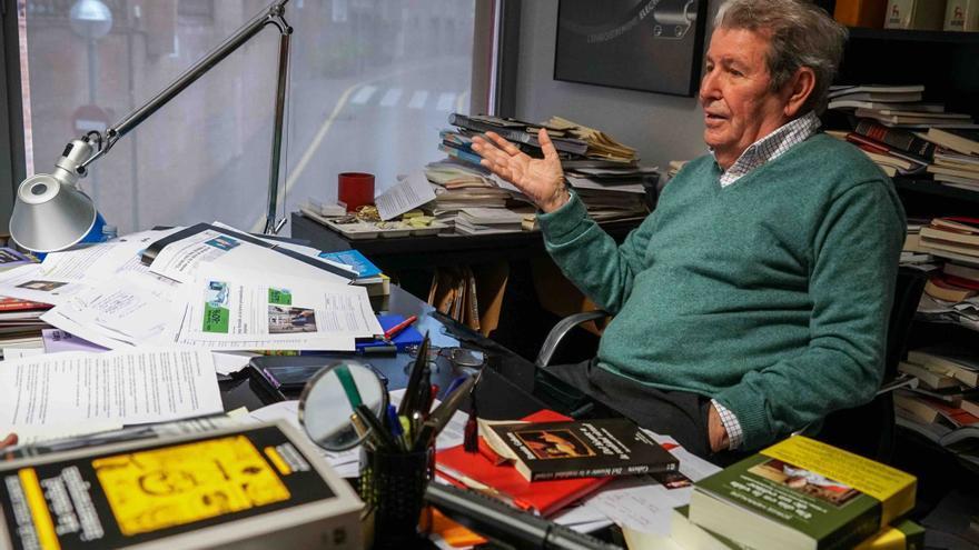 El editor Jorge Herralde, en su despacho de la editorial Anagrama.
