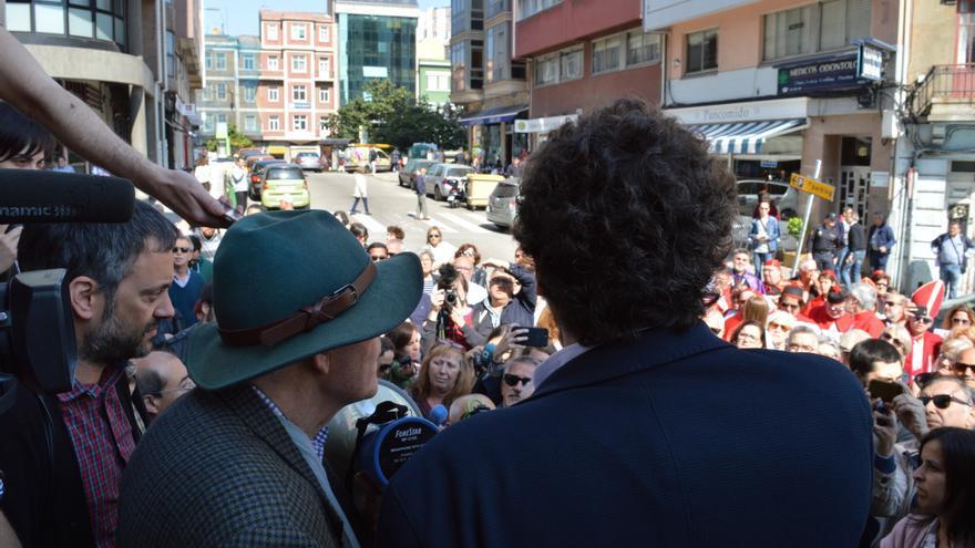José Manuel Sande, concejal de Cultura de A Coruña, agradece su presencia a los asistentes a la concentración