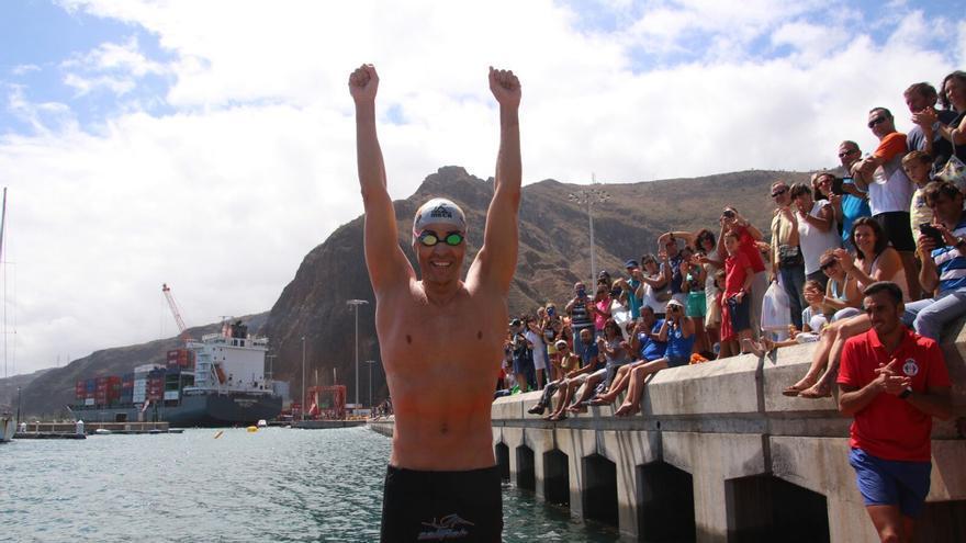 David Meca ha su llegada a la meta en Marina La Palma. Foto: JOSÉ AYUT.