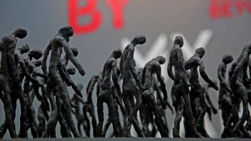 'Wanderers', de Nikolaj Bendix Skyum Larsen, es una obra escultórica compuesta por más de 300 figuras humanas hechas a mano que caminan en la misma dirección.