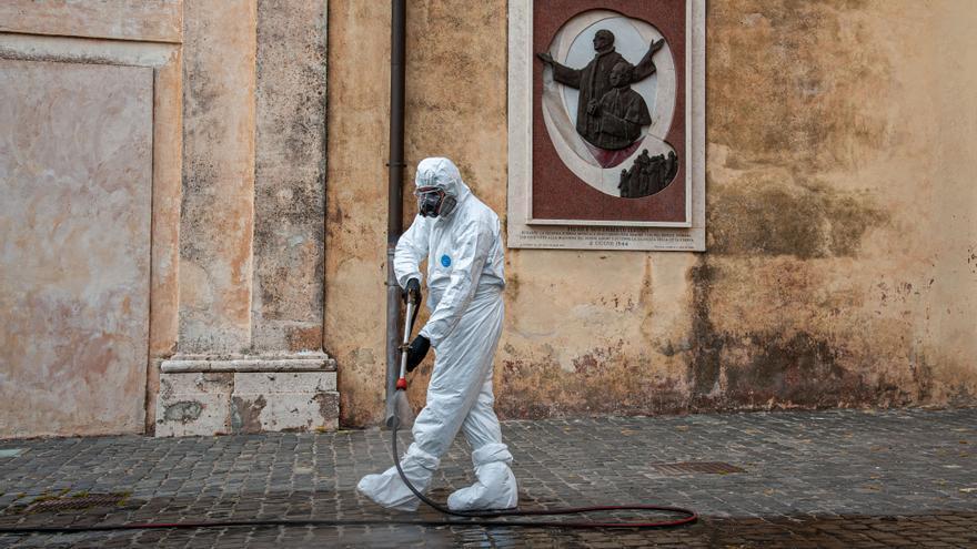 Un operario desinfecta una de las calles de Roma.