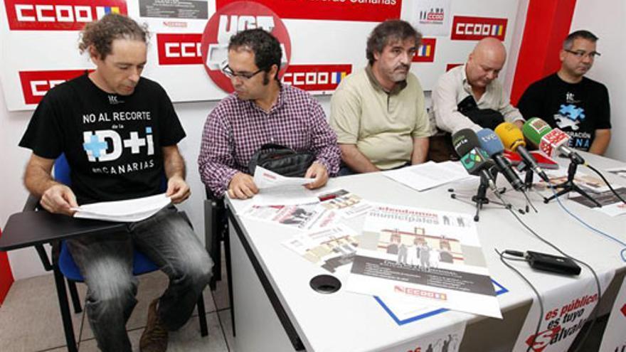 Héctor Mendoza (centro), este lunes, junto a miembros del comité y dirigentes sindicales. (EFE/Elvira Urquijo A.)
