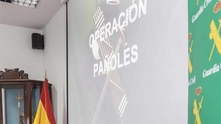 La delegada del Gobierno en Canarias, María del Carmen Hernández Bento, acompañada por el coronel jefe de Comandancia de Las Palmas, Ricardo Arranz, durante la rueda de prensa que dieron este viernes para informar sobre la operación 'Pañoles'.