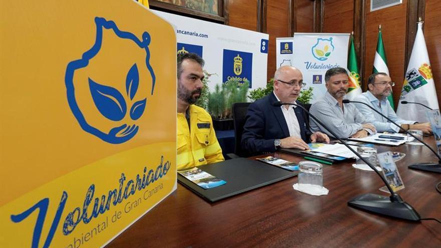 El presidente del Cabildo de Gran Canaria, Antonio Morales (2i), y el consejero de Medio Ambiente, Miguel Angel Rodríguez (2d), presentan las acciones de recuperación y reforestación de la zona afectada por el incendio