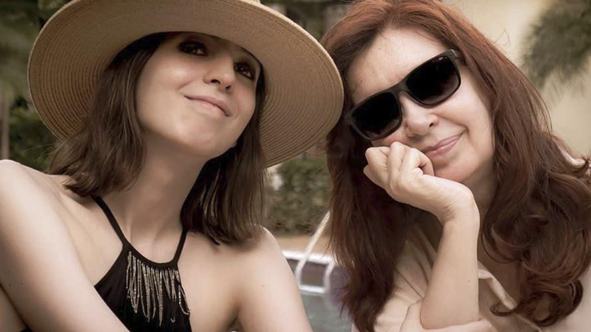 Imagen de archivo publicada en Instagram en febrero de 2020 de la vicepresidenta Cristina Fernández de Kirchner junto a su hija Florencia en La Habana, Cuba, en donde la joven realizó un tratamiento médico desde febrero de 2019.