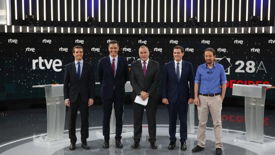 Los cuatro candidatos a la Presidencia del Gobierno con el periodista Xabier Fortes en el debate de RTVE.